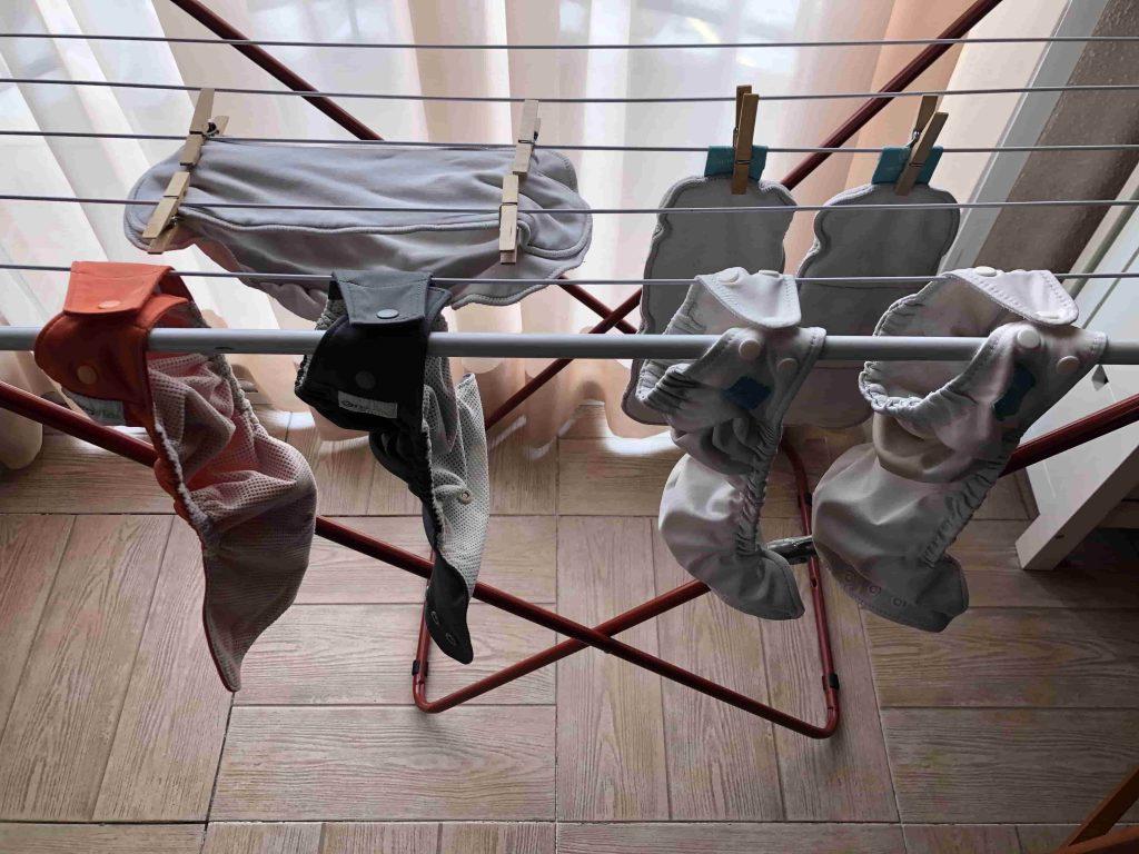 Lavado de pañales de tela en el tendal